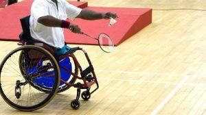 Persoon in rolstoel speelt badminton