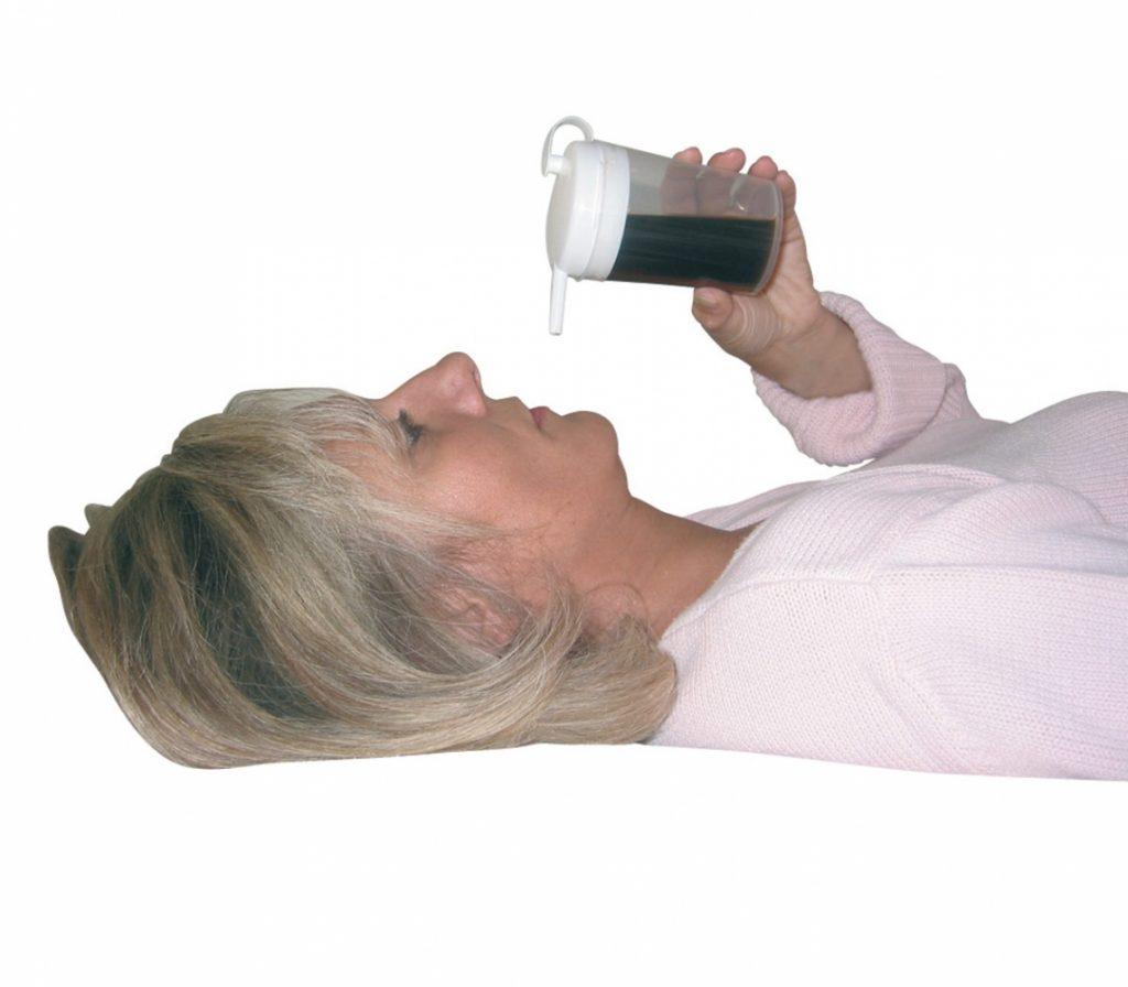 Liggend drinken uit rietjes drinkbeker Novo Cup van Able2