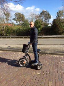 Sjaak en zijn scooter staand