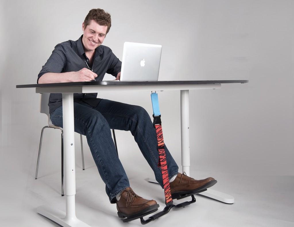 voetensteun voor onder bureau hover in gebruik